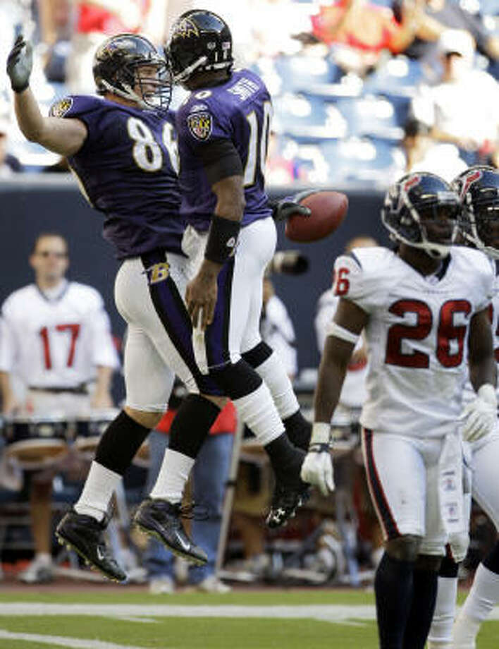 Baltimore tight end Todd Heap (86) celebrates with Troy Smith (10) after the pair connected on a 14-yard touchdown pass in the fourth quarter. Heap had two TDs on the day. Photo: Melissa Phillip, Chronicle