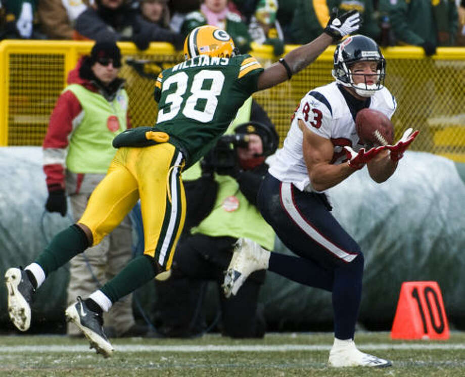 Kevin Walter, one of Matt Schaub's favorite targets Sunday, hauls in a 46-yard pass as Green Bay's Tramon Williams (38) defends. Photo: Smiley N. Pool, Chroncicle