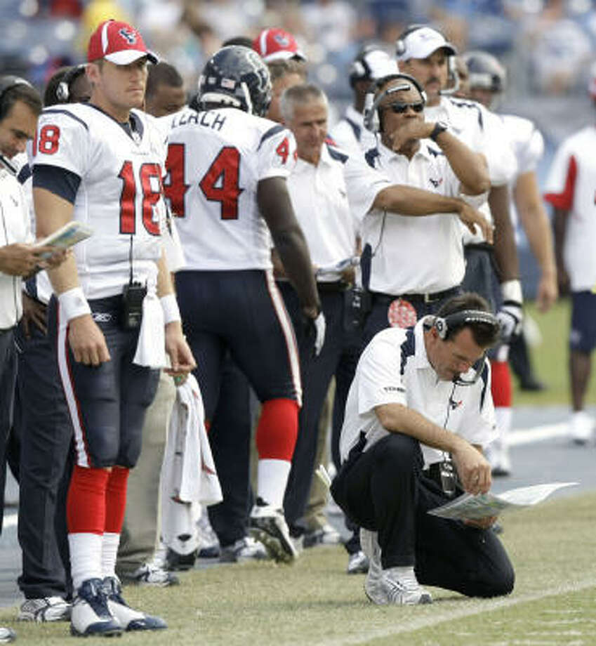If Texans head coach Gary Kubiak, kneeling, decides he needs to make a change at quarterback, he has Sage Rosenfels, left, waiting in the wings. Photo: Brett Coomer, Chronicle