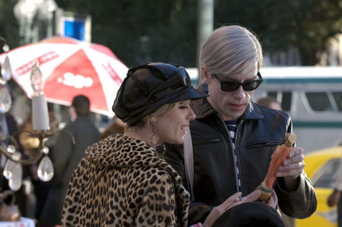 Perret Edie Sedgwick (Sienna Miller) and Andy Warhol (Guy Pearce) bond as friends and pop-art trail-blazers in '60s New York in Factory Girl.