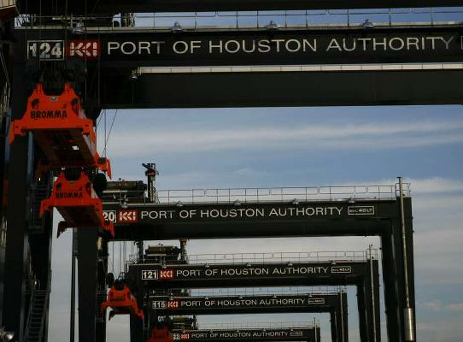 Cranes line the Bayport terminal at the Port of Houston.  Photo: NICK De La TORRE, CHRONICLE FILE