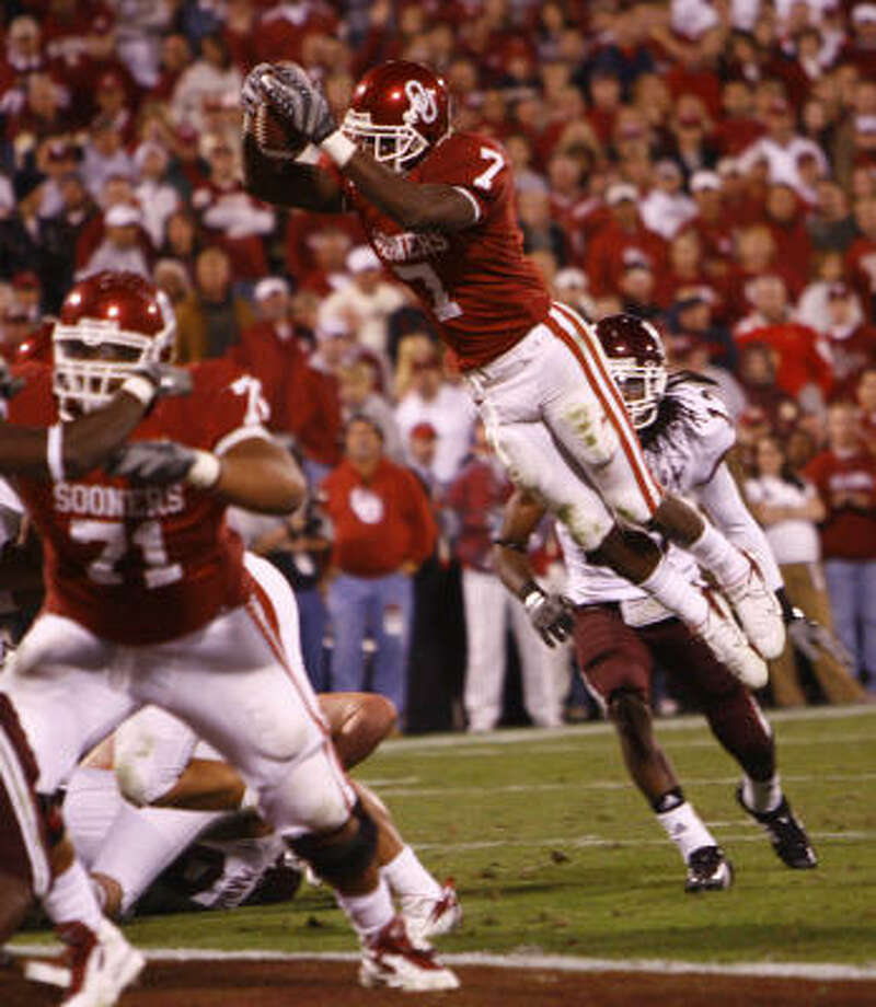Oklahoma's DeMarco Muray leaps for the final touchdown of the night for the Sooners. Photo: Nick De La Torre / Chronicle, Chronicle