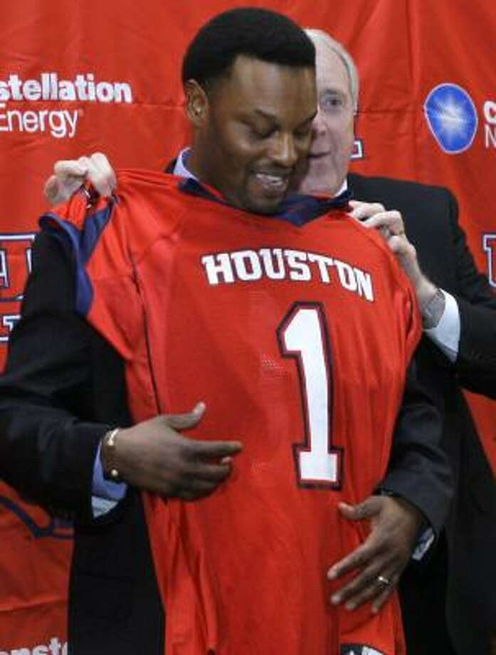 Kevin Sumlin puts on the colors. Photo: JOHNNY HANSON, FOR THE CHRONICLE