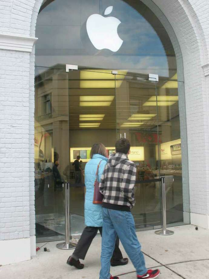 The Apple Store on Greenwich Avenue could be getting a a floor-to-ceiling steel security gate inside the windows. Photo: File Photo / Greenwich Time File Photo
