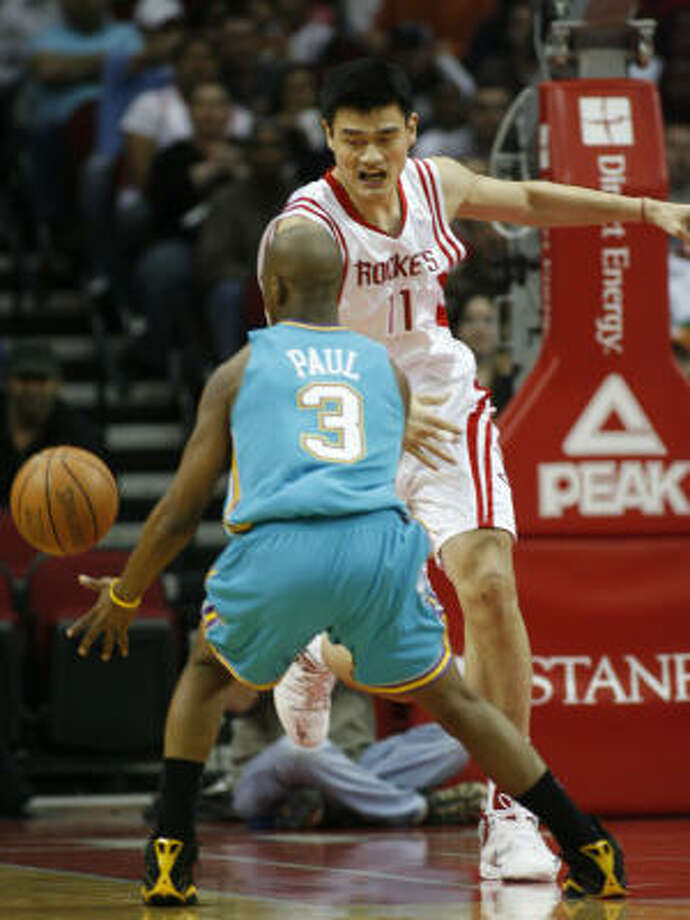 Point guard vs. 7-6 center? Hey, whatever matchup works. This time it's Chris Paul vs. Yao Ming. Photo: Kevin Fujii, Houston Chronicle