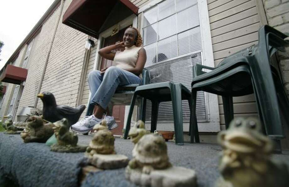 Joycelyn Edwards, at her apartment Wednesday, says she excused herself to use the bathroom before an officer stormed in after her. Photo: Steve Ueckert, Chronicle