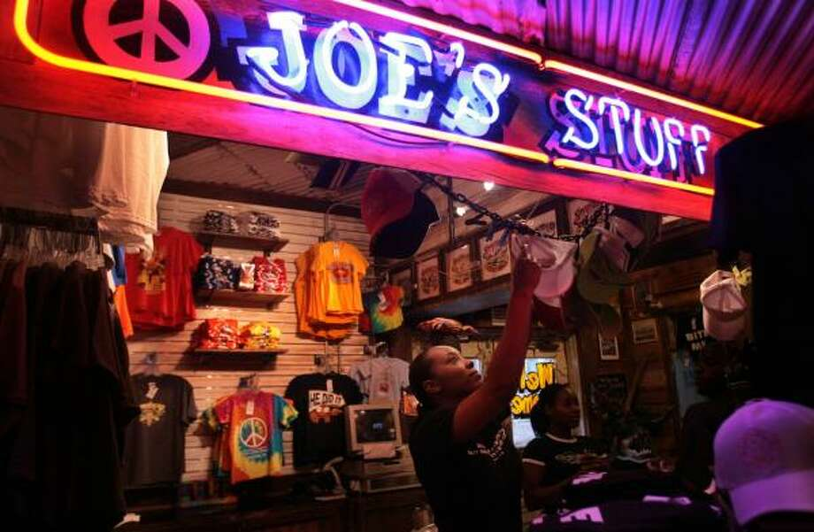 Joe's Crab Shack is testing a new policy to eliminate tipping in restaurants. See the gallery for tipping policies around the world. Photo: MAYRA BELTRÁN, CHRONICLE FILE