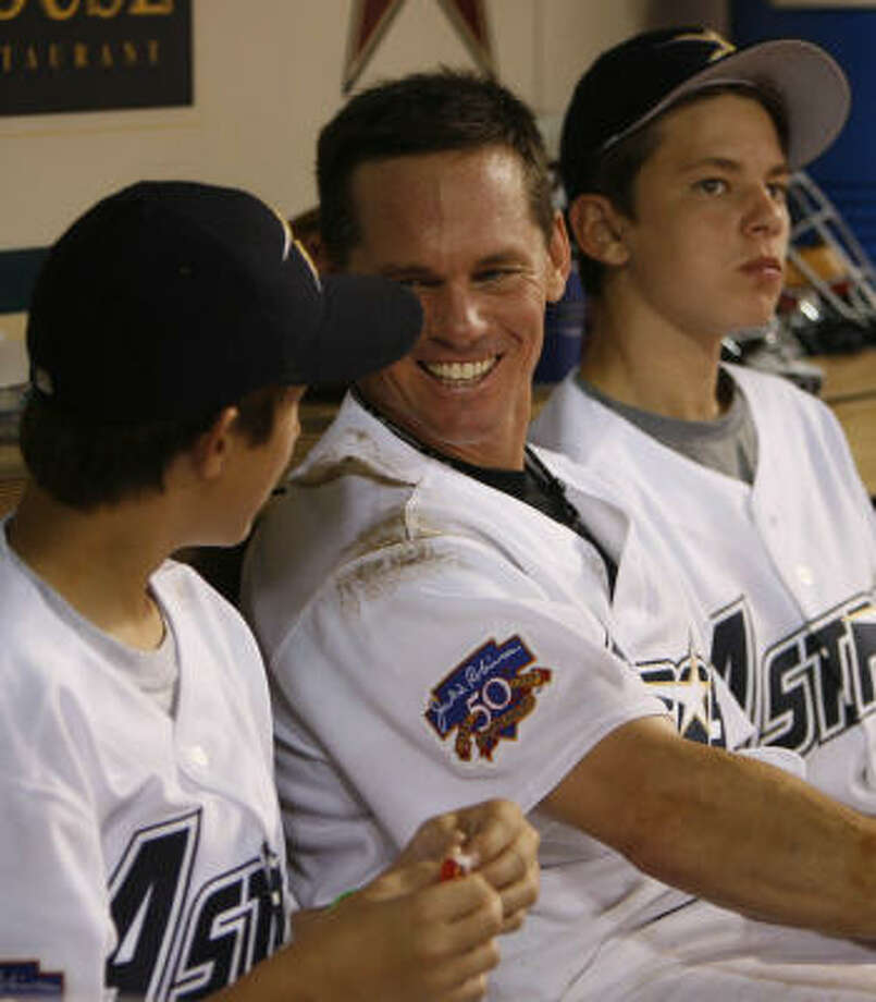 Craig Biggio checks in with his sons, Cavan, left, and Conor during the sixth inning. Photo: Karen Warren, Chronicle