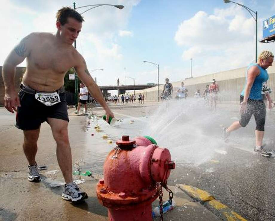 Runners seek relief from the heat at the LaSalle Bank Chicago Marathon, where temperatures reached 88 degrees. Photo: SCOTT OLSON, GETTY IMAGES