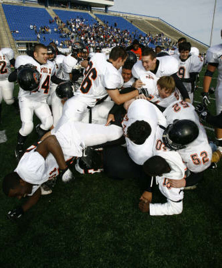 The St. Pius football team got the season started off well for the Panther athletic program, earning the TAPPS 6A state championship, a feat duplicated by the boys basketball team. Photo: Nick De La Torre, HOUSTON CHRONICLE