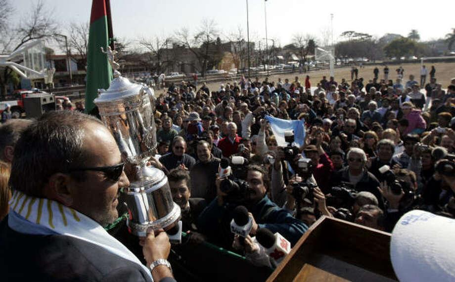 Angel Cabrera shows off his U.S. Open trophy in his hometown: Villa Allende, Argentina. Photo: Natacha Pisarenko, AP
