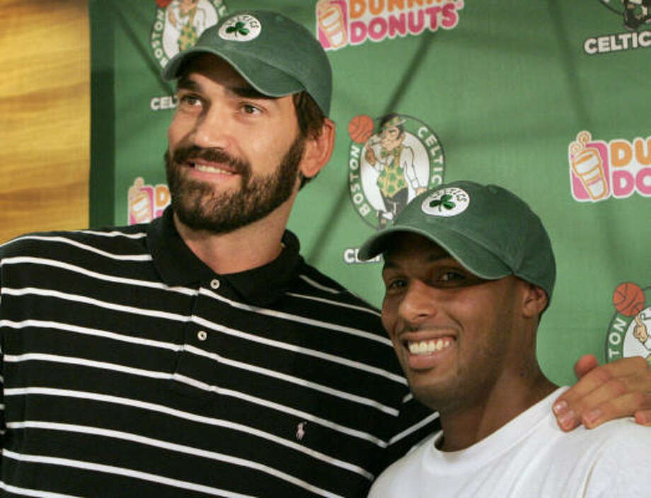 Scot Pollard (left) and Eddie House were officially signed by the Boston Celtics on Thursday, giving a boost to their bench. Photo: Steven Senne, AP