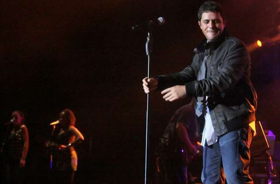 Alejandro Sanz managed to make even fluffy material seem important during his performance Thursday night. Photo: BILL OLIVE, FOR THE CHRONICLE