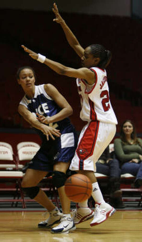 Rice's Samantha Stovall, left, shown against Houston in January, contributed 16 points to the Owls' easy win over UTEP. Photo: KAREN WARREN, Houston Chronicle