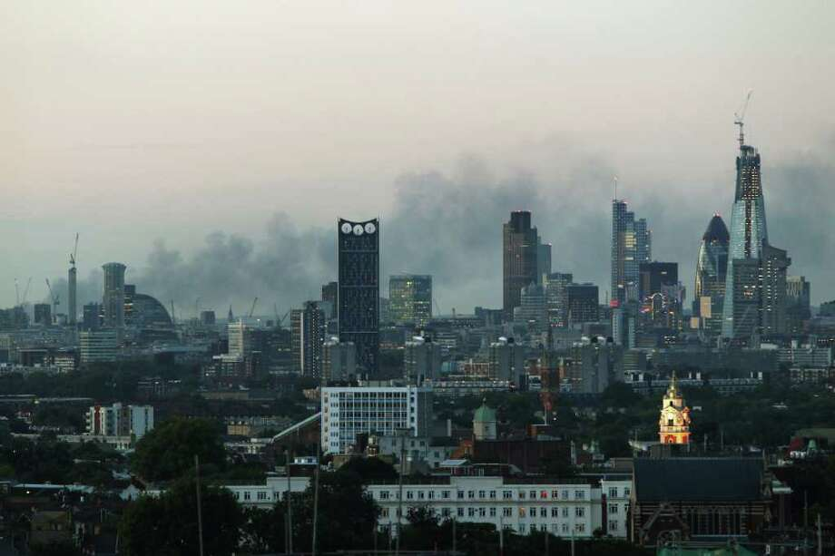 Smoke continues to drift across the London skyline on August 9, 2011. Photo: Dan Kitwood, Getty Images / 2011 Getty Images