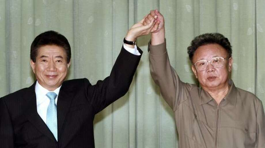 South Korean Roh Moo Hyun, left, and North Korean leader Kim Jong Il say they will work together to formally end the Korean War. Photo: KOREA POOL, BLOOMBERG NEWS