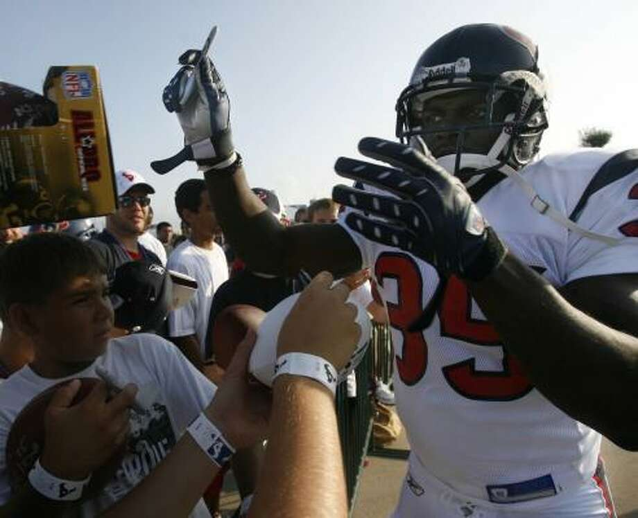 Samkon Gado, signing autographs during training camp, has some favorable history against Atlanta. The last time he played the Falcons he was a Packer, and he scored three touchdowns. Photo: MAYRA BELTRAN, CHRONICLE