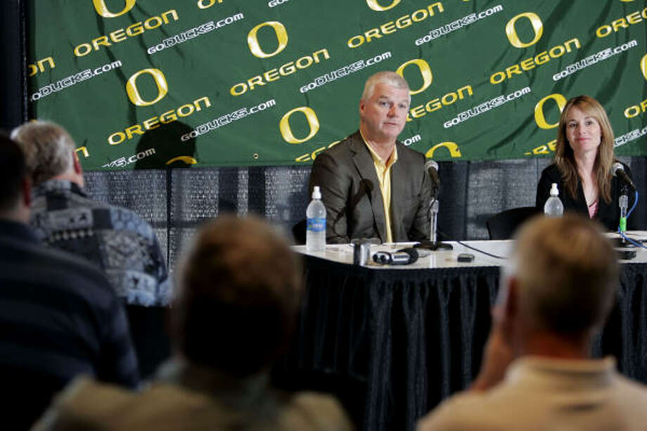 Oregon athletic director Pat Kilkenny and senior women's associate athletic director Rene Baumgartner announce the return of baseball to the Pacific 10 Conference school. Photo: Thomas Boyd, AP