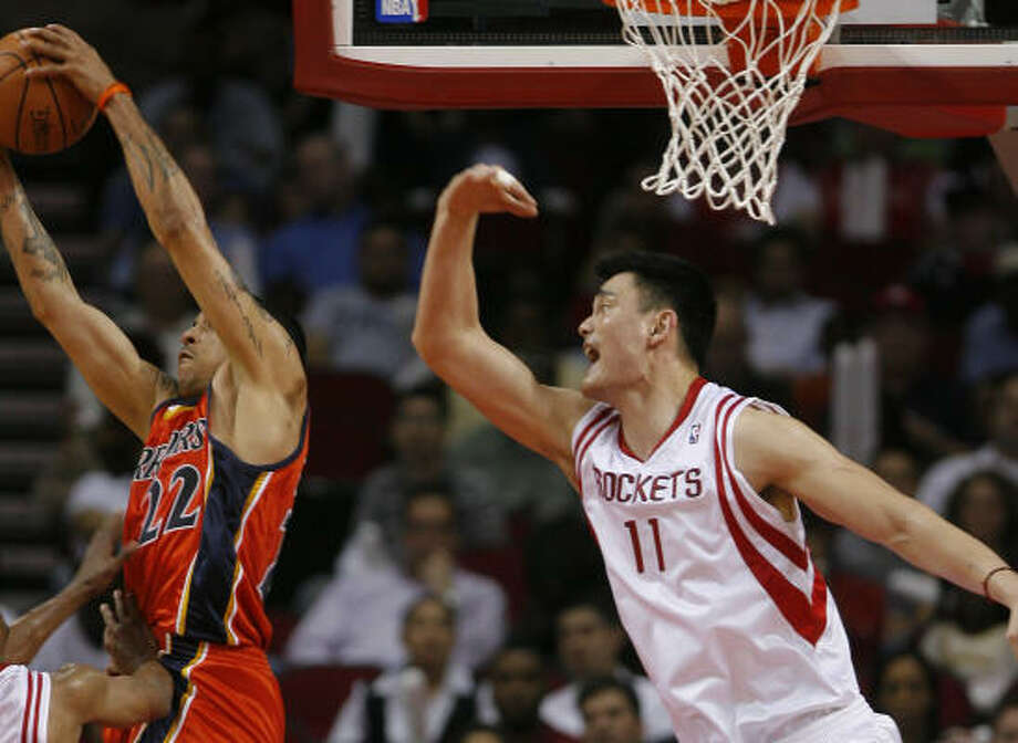 A win against the Warriors on Wednesday night proved to be out of reach for Yao Ming and the Rockets. Photo: Steve Campbell, Chronicle