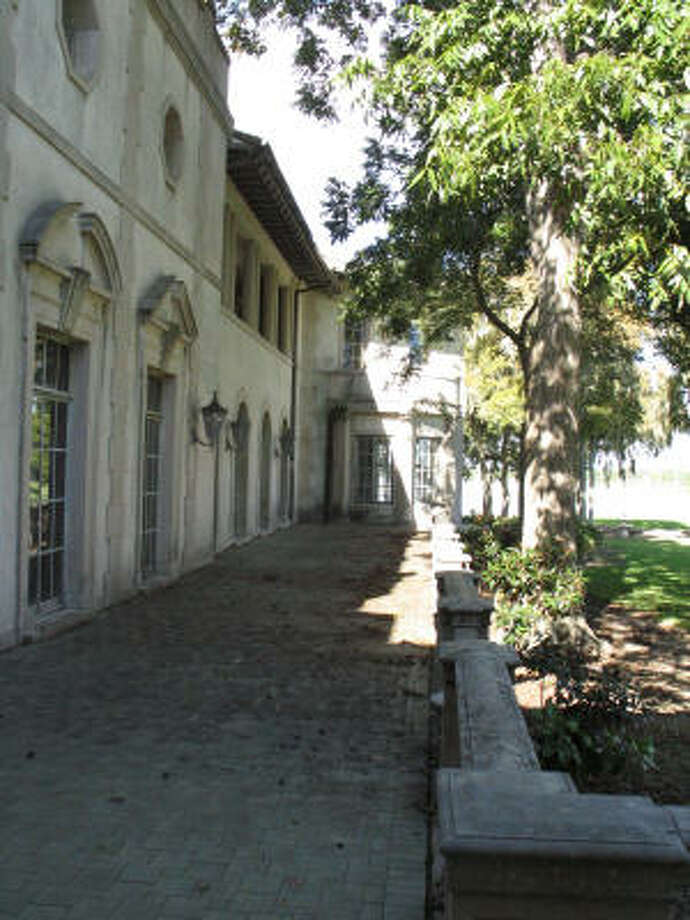 The James and Jessie West mansion along Clear Lake is considered at risk for demolition by the Greater Houston Preservation Alliance. Photo: Nancy Sarnoff, Chronicle