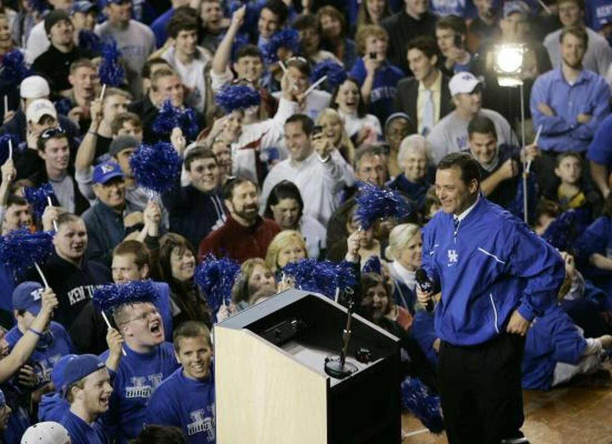 Billy Gillispie received a warm welcome from the Big Blue Nation after being introduced as Kentucky's new men's basketball coach.