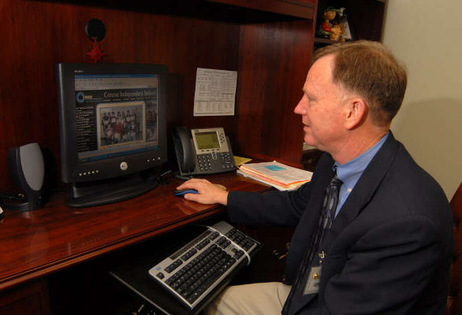 Oak Ridge High School Principal Tommy Johnson logs onto his school computer to check the CISD Web site. Photo: David Hopper, For The Chronicle