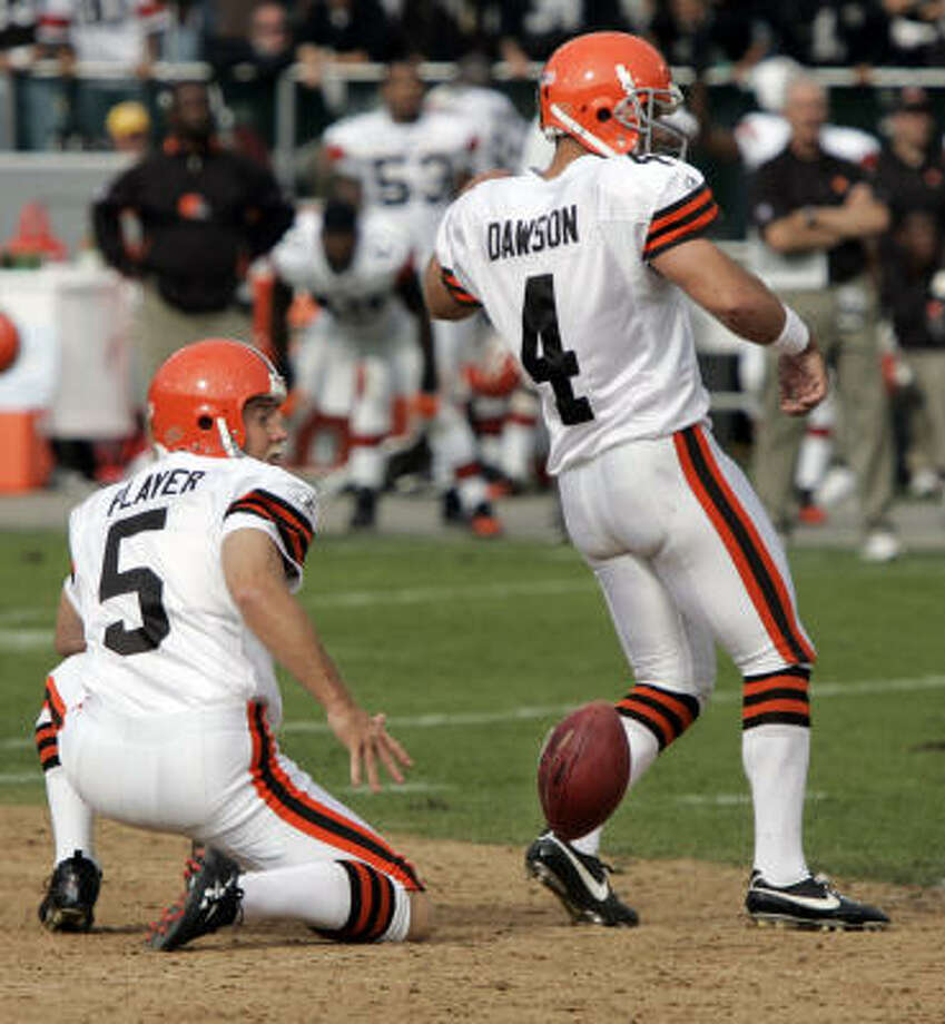 Cleveland Browns kicker Phil Dawson (4) has his last-second field goal attempte blocked by the Oakland Raiders.  The Raiders defeated the Browns 26-24. Photo: Paul Sakuma, AP