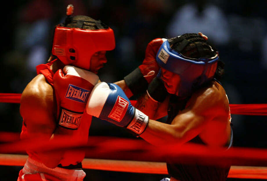 Hylon Williams, left, recorded a 30-8 victory over Troy Wohosky in his opening match the U.S. Olympic Boxing Trials. Photo: Nick De La Torre, Chronicle