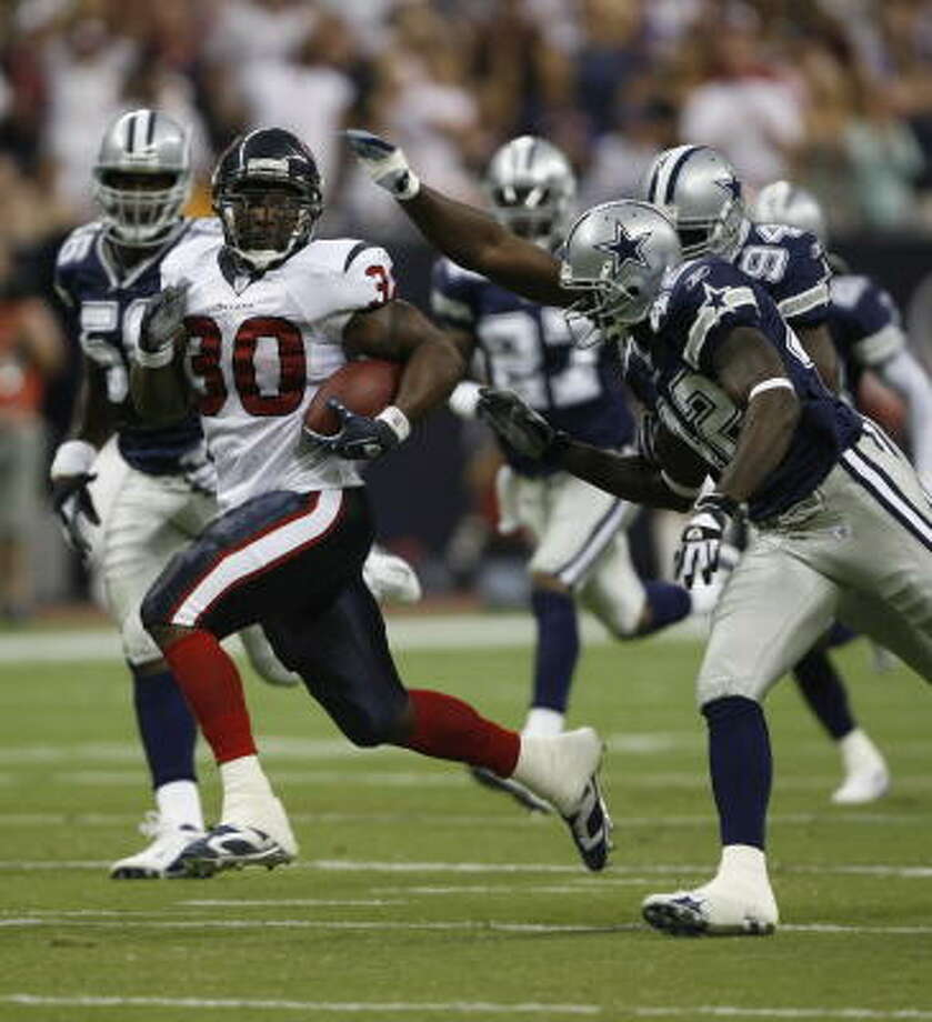 Ahman Green (30) eludes the Dallas defense in the second quarter. Photo: Kevin Fujii, Chronicle