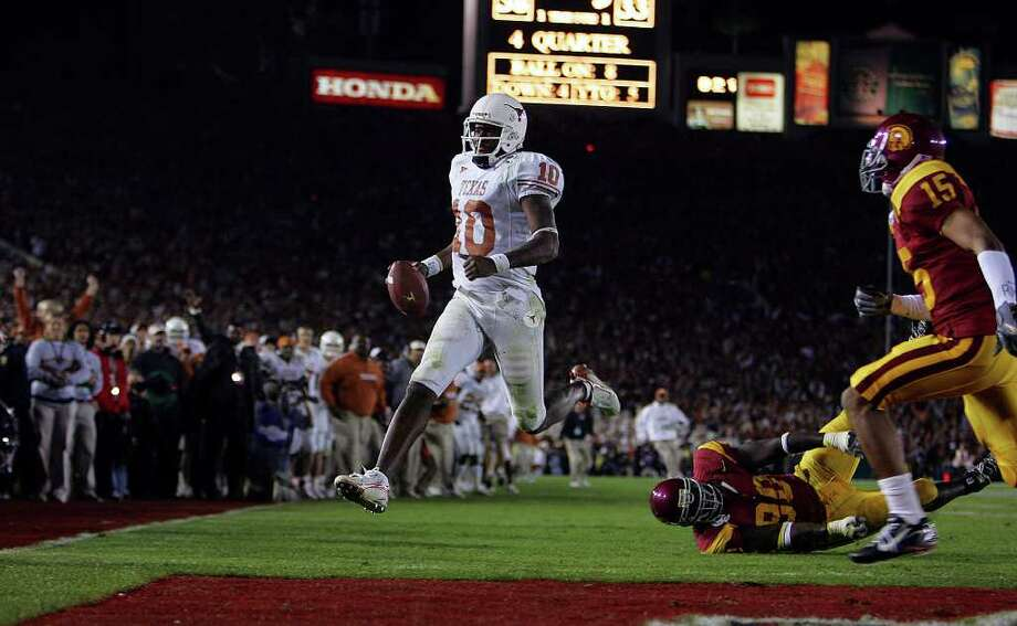 SPORTS - Vince Young scores game winning touchdown in the second half of the Rose Bowl Wednesday, January 4, 2006 at Rose Bowl Stadium in Pasadena. The Longhorns won on a last-minute touchdown by Vince Young. BAHRAM MARK SOBHANI/STAFF TEXAS LONGHORNS SOUTHERN CALIFORNIA TROJANS USC NATIONAL CHAMPIONSHIP BCS Photo: BAHRAM MARK SOBHANI, Express-News File Photo / © San Antonio Express-News