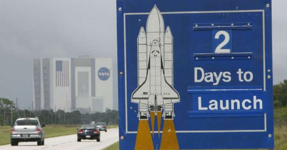 """A sign at NASA's Kennedy Space Center on Sunday counts down the days until the space shuttle Discovery's two-week mission to the international space station. """"I think we understand the complexity of what we are attempting to do,"""" said Discovery commander Pam Melroy. Photo: JAMES NIELSEN, CHRONICLE"""