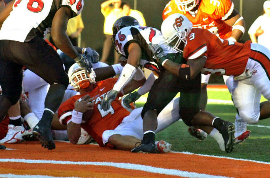 Al Peña (4), who was competing for the starting quarterback job at Houston before leaving the program Wednesday, scores on a 1-yard run with 23 seconds remaining to lift Oklahoma State to a 24-17 victory over Texas Tech during the 2005 season. Peña was 89-of-179 passing for 1,102 yards and eight touchdowns that season. Photo: BRODY SCHMIDT, AP