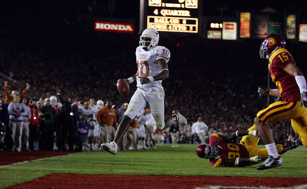 Texas' Vince Young scores a last-minute touchdown to win the 2006 Rose Bowl against USC. Photo: Express-News File Photo