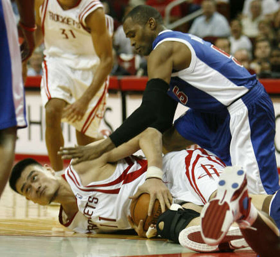 Rockets center Yao Ming fights for control of a loose ball with the Clippers' Cuttino Mobley in the first half of Wednesday night's game. Photo: Billy Smith II, CHRONICLE
