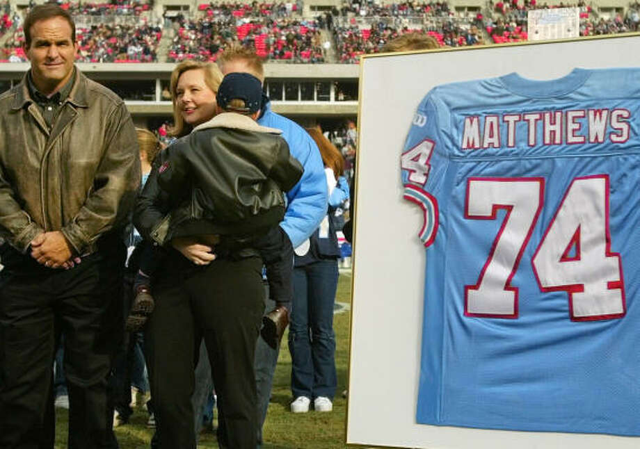Bruce Matthews (left, with wife, Carrie, and son, Luke) played in 296 games in the NFL. Photo: JOHN RUSSELL, AP