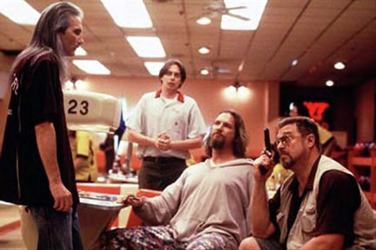 (L TO R) SMOKEY (JIMMY DALE GILMORE) ANNOYS WALTER (JOHN GOODMAN, FAR RIGHT) BY DEBATING AN OVER THE LINE CALL, AS DONNY (STEVE BUSCEMI, MIDDLE LEFT) AND THE DUDE (JEFF BRIDGES, MIDDLE RIGHT) WATCH.