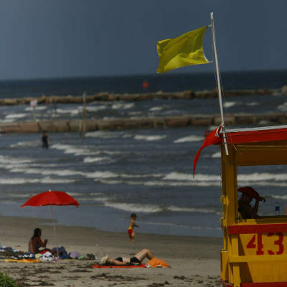 Beachgoers at the 43rd Street lifeguard post enjoy the beach a day after warnings of bacteria in the water. The Health Department determined beaches didn't need to be closed. Photo: Nick De La Torre, Chronicle