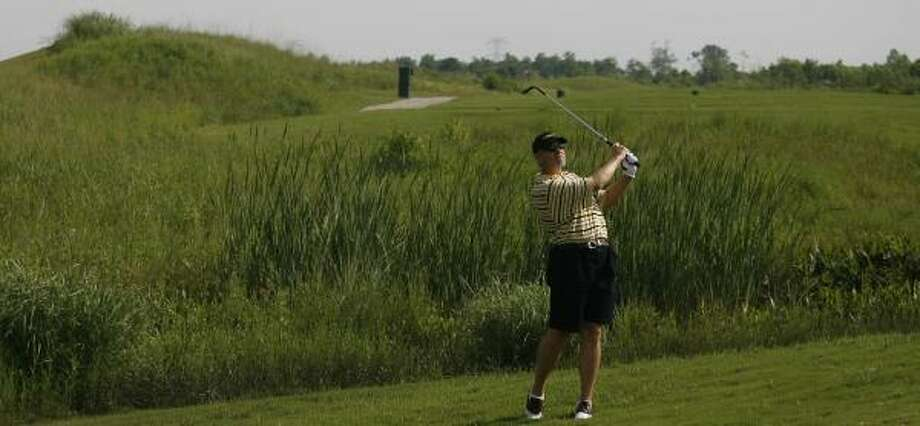 Eddie Busch plays No. 3 at Magnolia Creek, among the area's links-style golf courses. Photo: MAYRA BELTRÁN, CHRONICLE