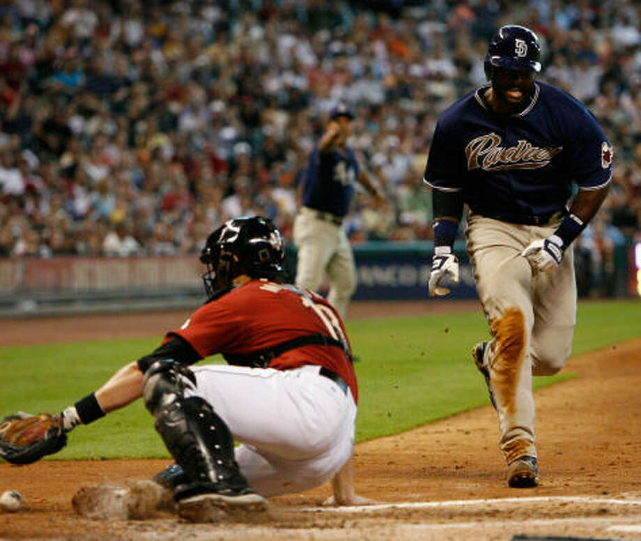 Milton Bradley scores in the fifth for San Diego. Photo: Kevin Fujii, Chronicle