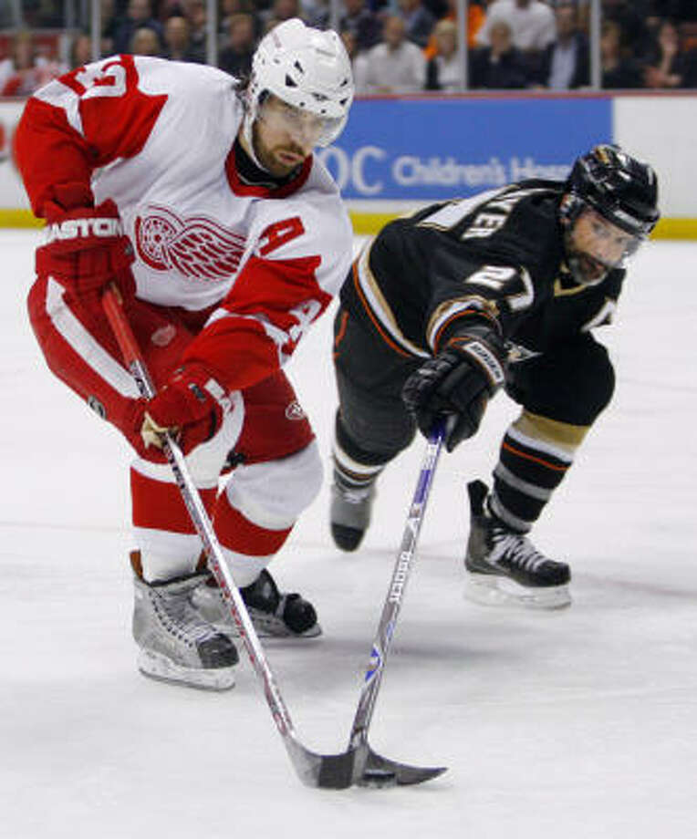 Scott Niedermayer and the Anaheim Ducks kept their composure to hold off the Detroit Red Wings to tie their Western Conference Finals series 2-2 with a 5-3 victory Thursday night. Photo: Mark Avery, AP