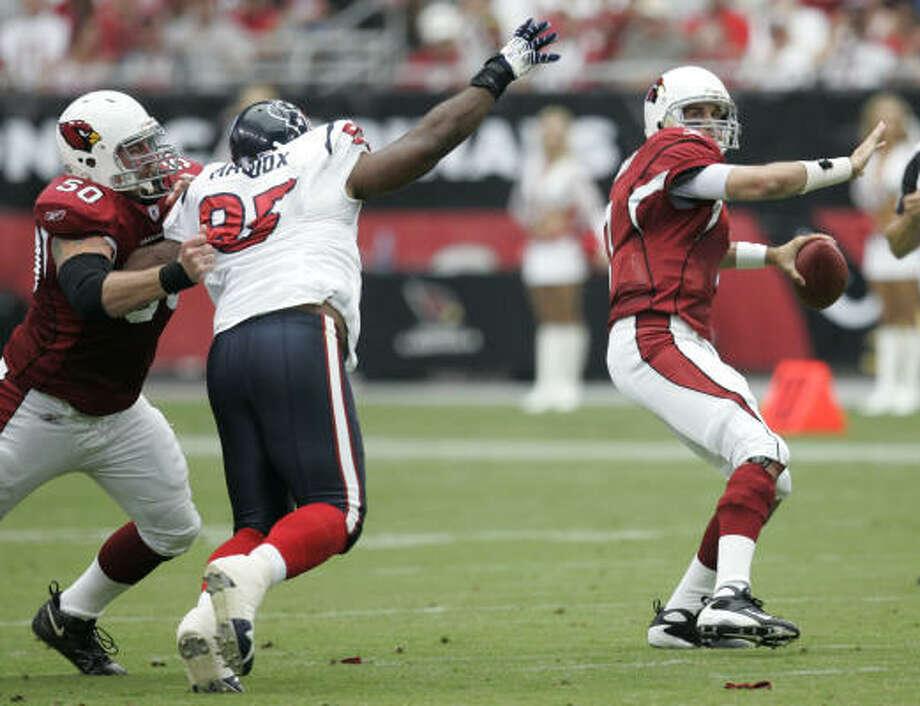 Anthony Maddox tries to put some pressure on Arizona Cardinals quarterback Matt Leinart. Photo: Brett Coomer, Chronicle
