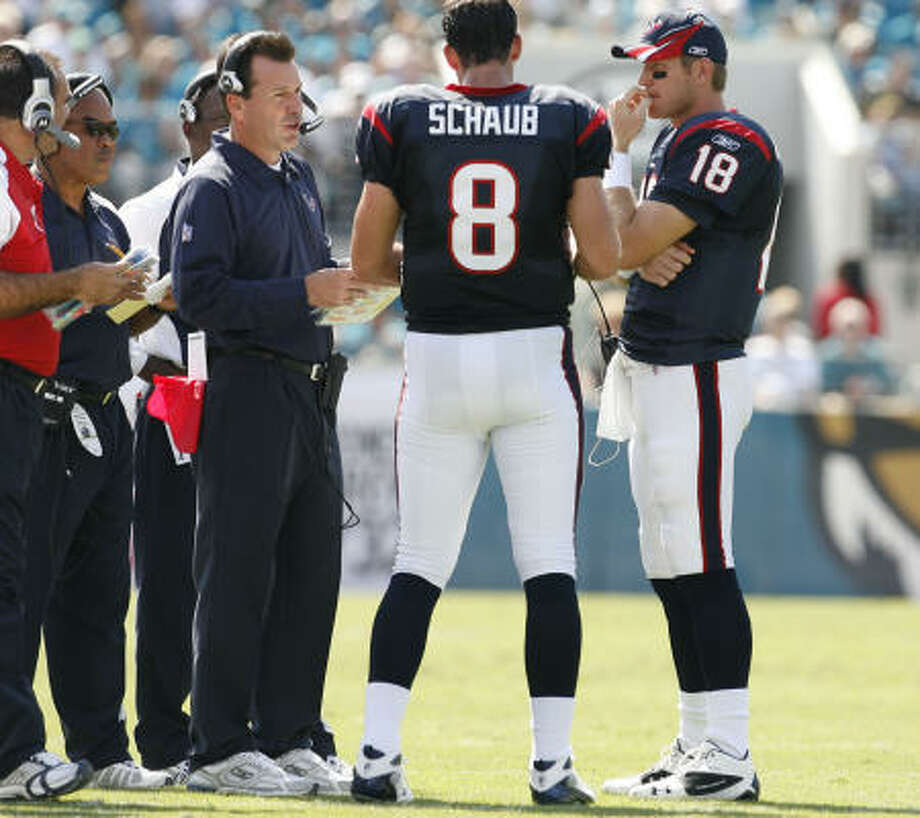 Gary Kubiak calls a meeting with his quarterbacks. Matt Schaub's backup, Sage Rosenfels, saw action late in the game. Photo: James Nielsen, Chronicle