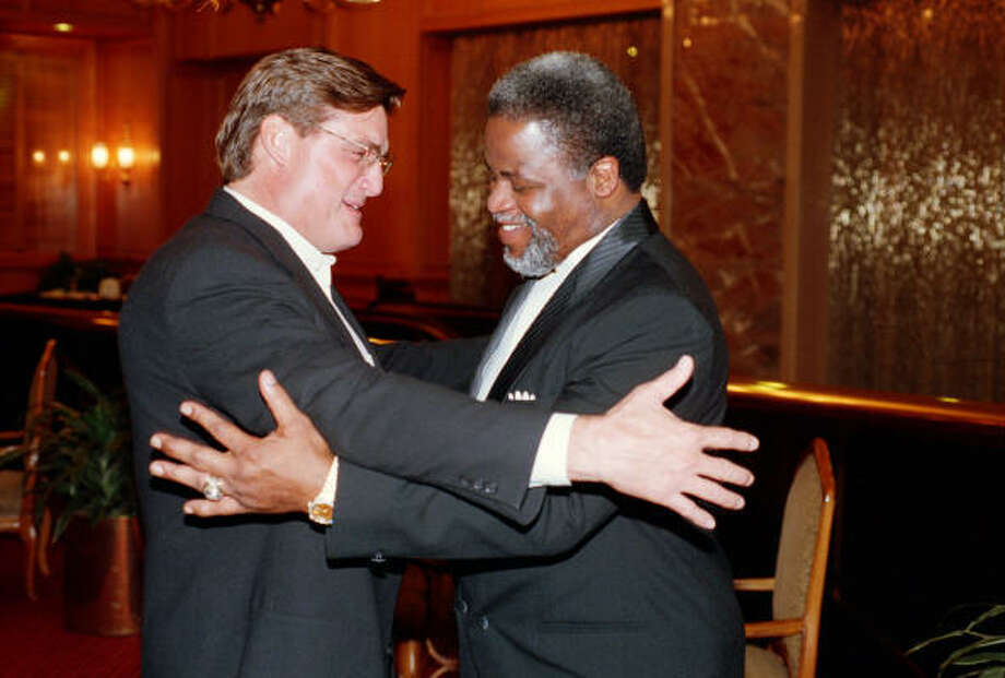 Dan Pastorini (shown with Earl Campbell in 1998) is trying to persuade the running back to attend the celebration at Reliant Stadium. Photo: Melissa Phillip, Chronicle