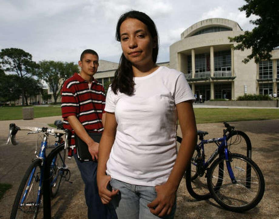 Liliana Castillo (al frente) y Homero Gómez han ayudado a crear la organización FIEL (Familias Inmigrantes y Estudiantes en la Lucha). Photo: Nathan Lindstrom, Para La Voz