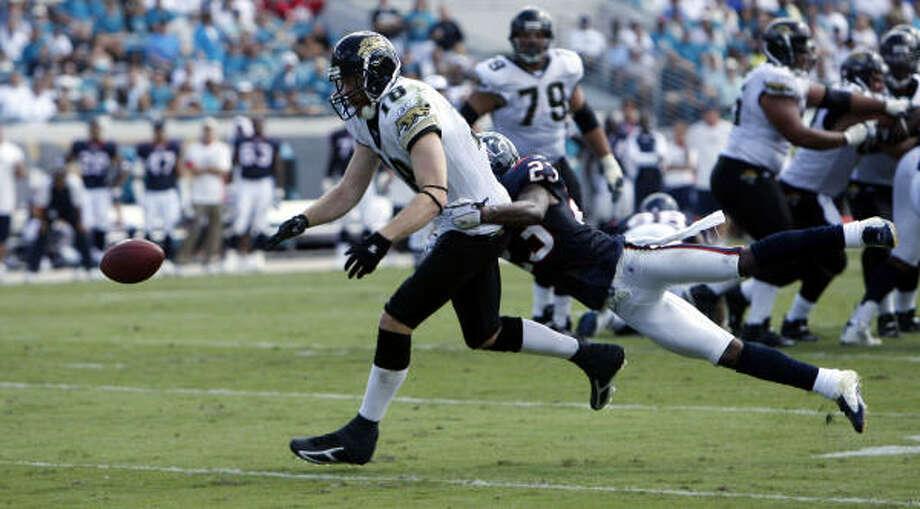 Dunta Robinson breaks up a pass to Jacksonville's Matt Jones. Photo: James Nielsen, Chronicle