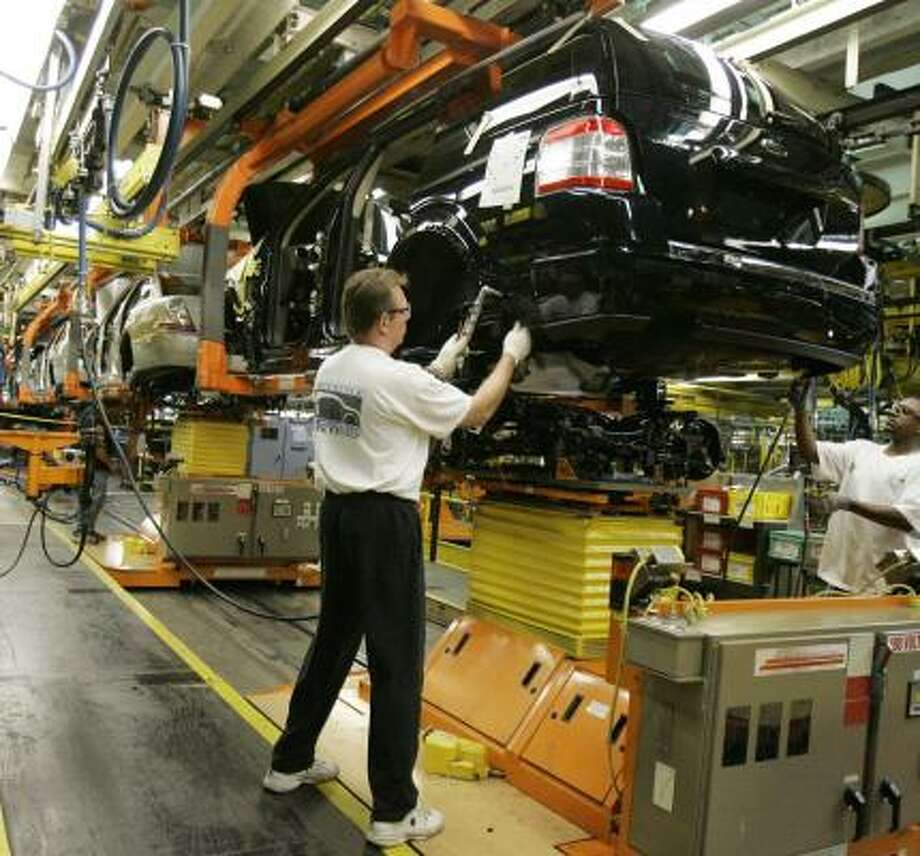 Ford Motor Co. employees assemble the new 2008 Ford Taurus at the Chicago Assembly Plant. Manufacturing in the U.S. showed weakness Wednesday, with a Commerce Department report showing a 2.8 percent decline in orders of big-ticket items produced in domestic factories. Photo: M. SPENCER GREEN, ASSOCIATED PRESS