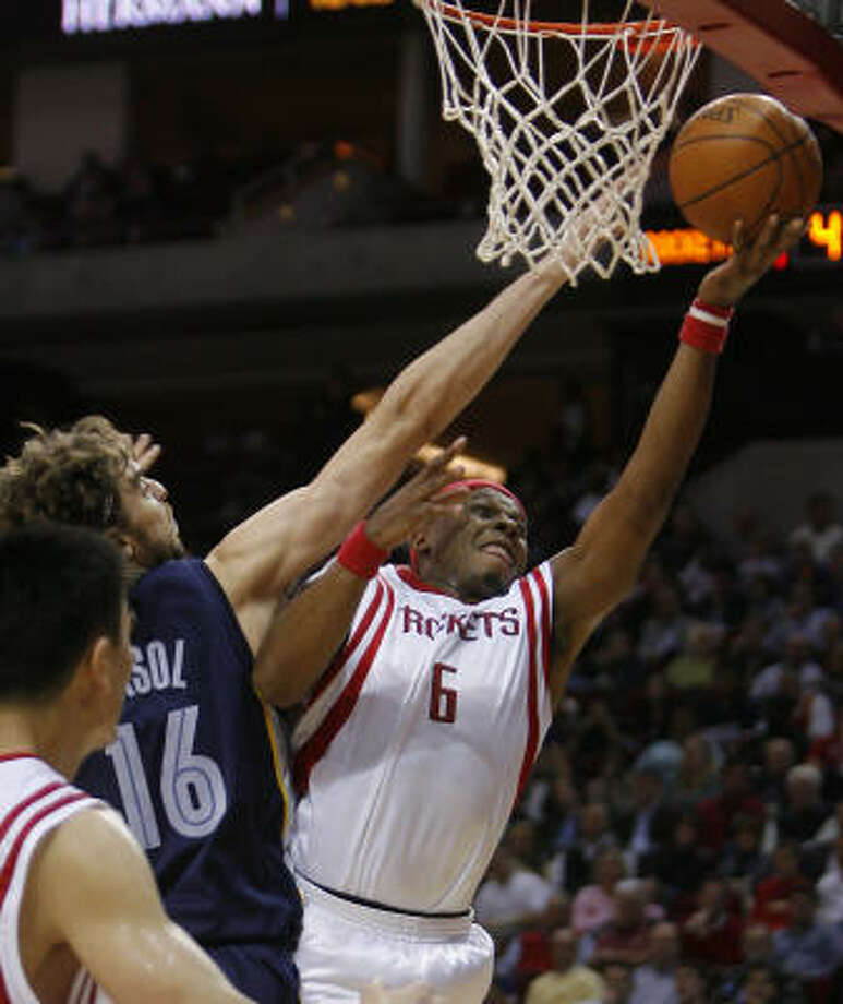 Rockets guard Bonzi Wells shoots around Grizzlies defender Pau Gasol. Photo: Steve Campbell, Chronicle