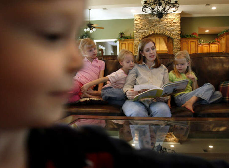 Amy Craven, of Magnolia, reads a book to four of her five children (L to R) Spencer, 2, Lyndsay, 9, Mallory, 7, and Chelsea, 7, in their home Thursday, Nov. 8, 2007. Photo: Johnny Hanson, For The Chronicle