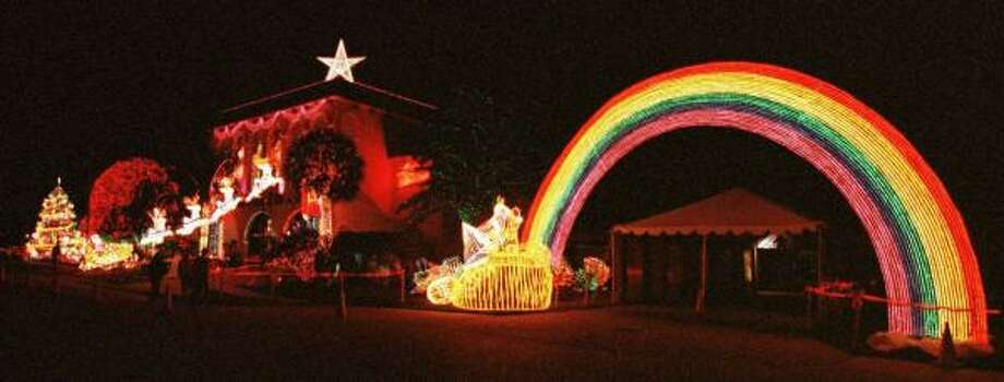 the christmas light display at al copelands metairie home includes a rainbow with a pot of - Lafreniere Park Christmas Lights