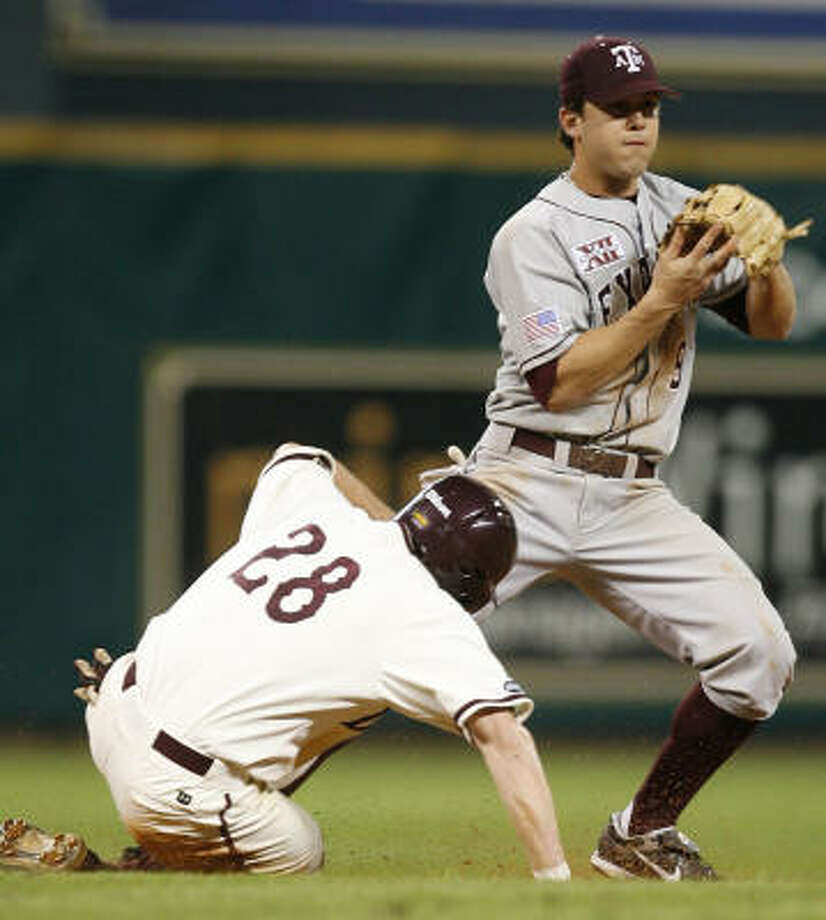 A&M's Brandon Hicks, a transfer from San Jac and former star at Sam Rayburn, makes a play in the seventh inning. Photo: James Nielsen, Chronicle